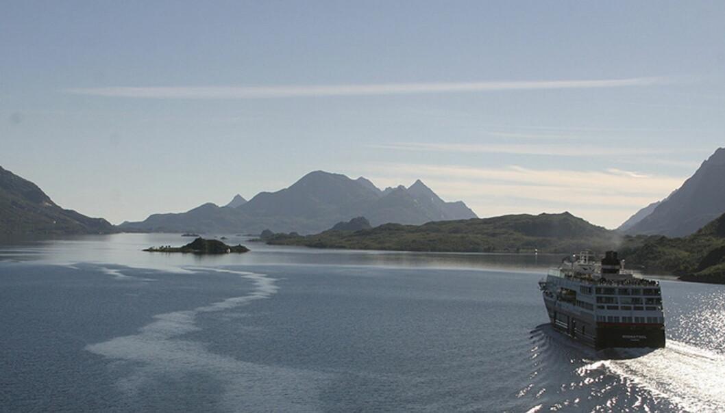 MS Nordnorge i midnattsol. Foto: NRKbeta (CC: BY-SA)