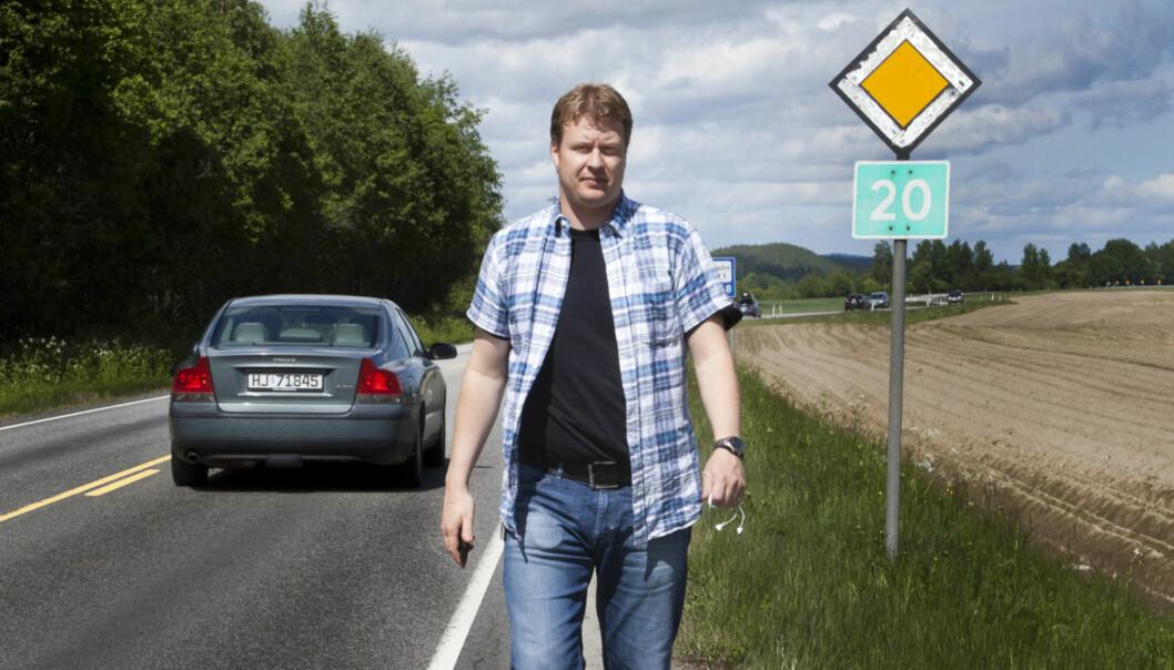 Ulykkesveien: Tore Huuse Øwre er journalist og nyhetsredaktør i Glåmdalen. Han veit godt hvordan det er å dekke uykker der kjente er rammet. Langs riksvei 20 har han hatt tøffe opplevelser. Foto: Kathrine Geard