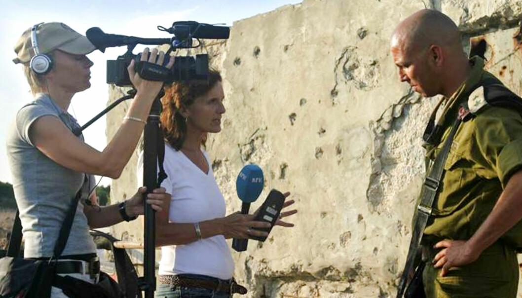 Sidsel Wold og tv-fotograf Carina Appel intervjuer Oberst i IDF, Majala Masarib. Foto: Bjørn Hermann