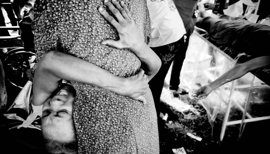 108497 MenneskeLiv og dødPå de provisoriske sykehusene er man vitne til mennesker som klamrer seg i smerte. Noen må dessverre gi tapt for skadene de fikk.Digital19.01.2010Port Au Prince, Haiti