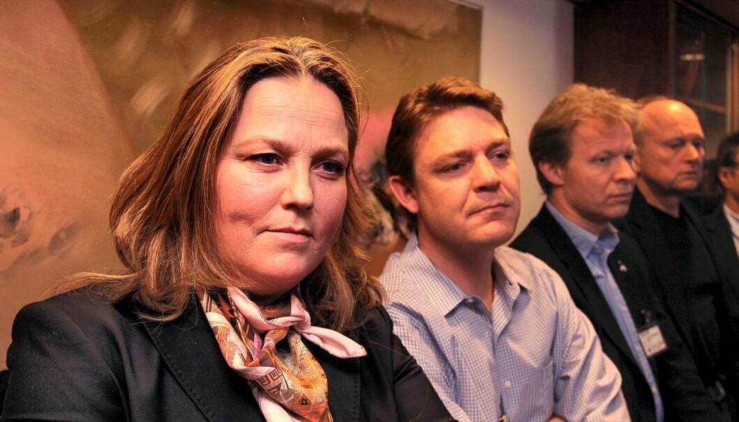Bente Klemetsdal og Kenneth Andresen følger med på kulturministerens kunngjøring om DAB. Foto: Martin Huseby Jensen.