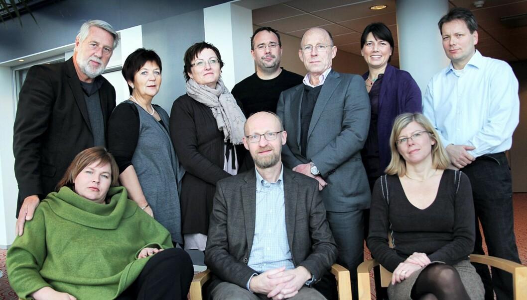 Mediestøtteutvalget har bestått av (fra venstre bak) Finn H. Andreassen (tidligere Frikanalen), Asta Brimi (redaktør i Fjuken), Tove Nedreberg (administrerende direktør Adresseavisen), Johann Roppen (medieforsker), Heidi Nordby Lunde (blogger), Erik Vassnes (Finansdepartementet, (fra venstre foran) Elin Floberghagen (NJ-leder), Yngve Slettholm (utvalgsleder/Kopinor) og Tanja Storsul (medieforsker). Henrik Færevåg (tidligere redaktør iBergen) deltok ikke på møtet. FOTO: KATHRINE GEARD