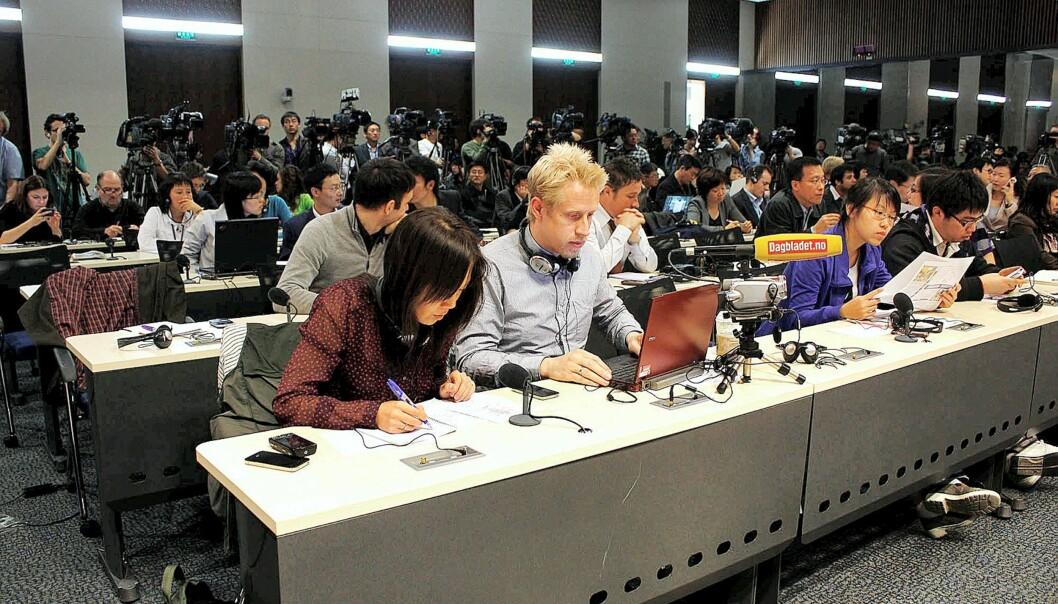 Sun Heidi Sæbø og Kristoffer Egeberg i sving under kinesisk UDs pressekonferanse denne uken. Foto: Privat.
