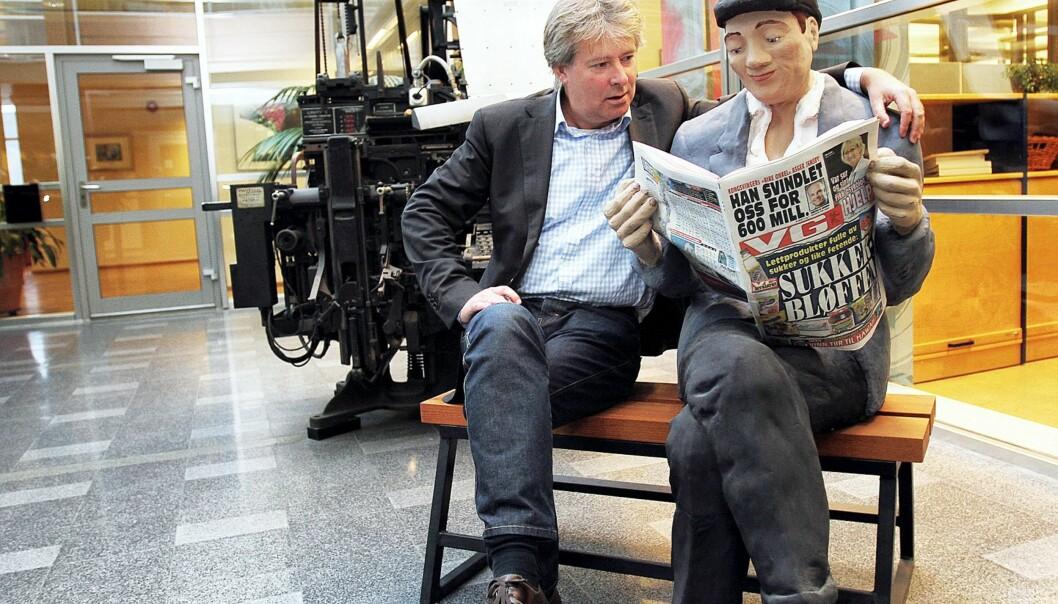 Torry Pedersen tar konsekvensen av at alle lesere ikke flytter seg ut av sofaen i helgen til et avisutsalg, og flytter fjellet til Muhammed. Foto: Kathrine Geard