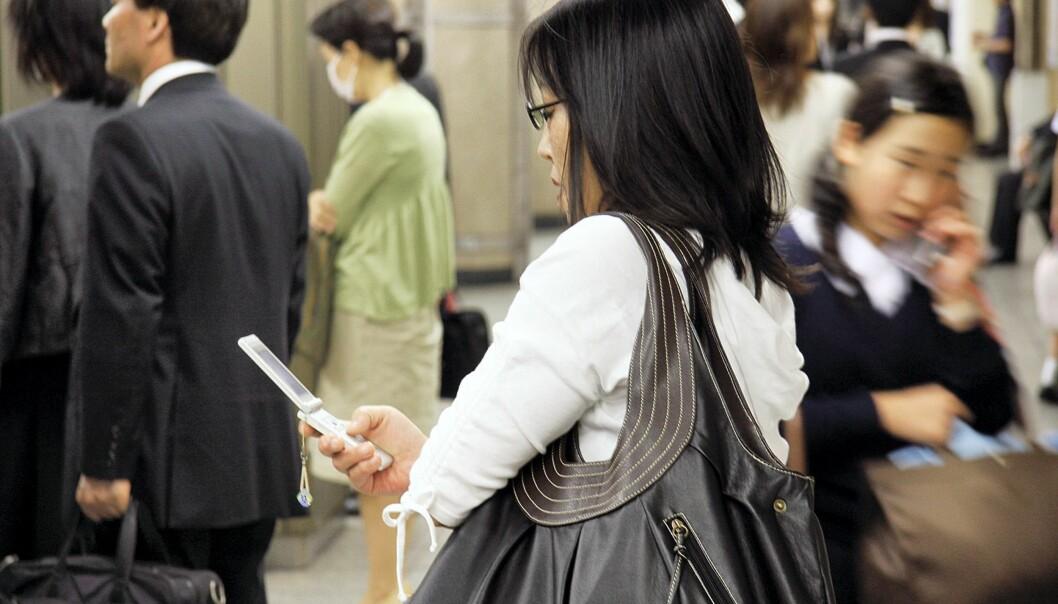 Shinjuku, Tokyo: I Japan er mobilen en populær nettplattform. Flere japanere surfer nettet kun på mobil, enn kun på datamaskin. Foto: Espen Moe