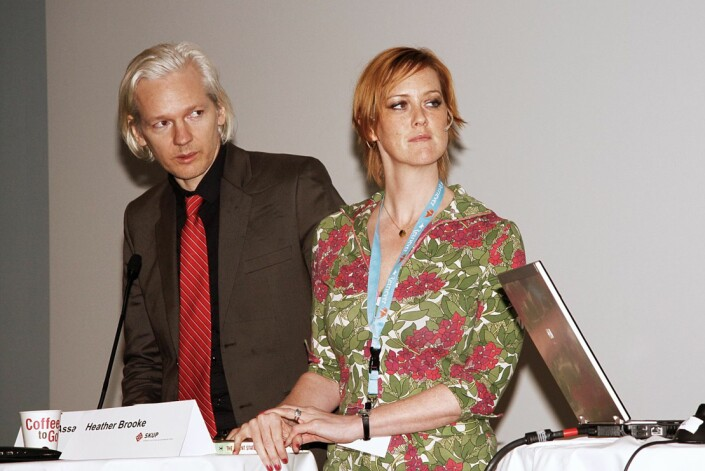 Julian Assange på Skup-festivalen i 2010. Er sammen med den britisk-amerikanske journalisten Heather Brooke.