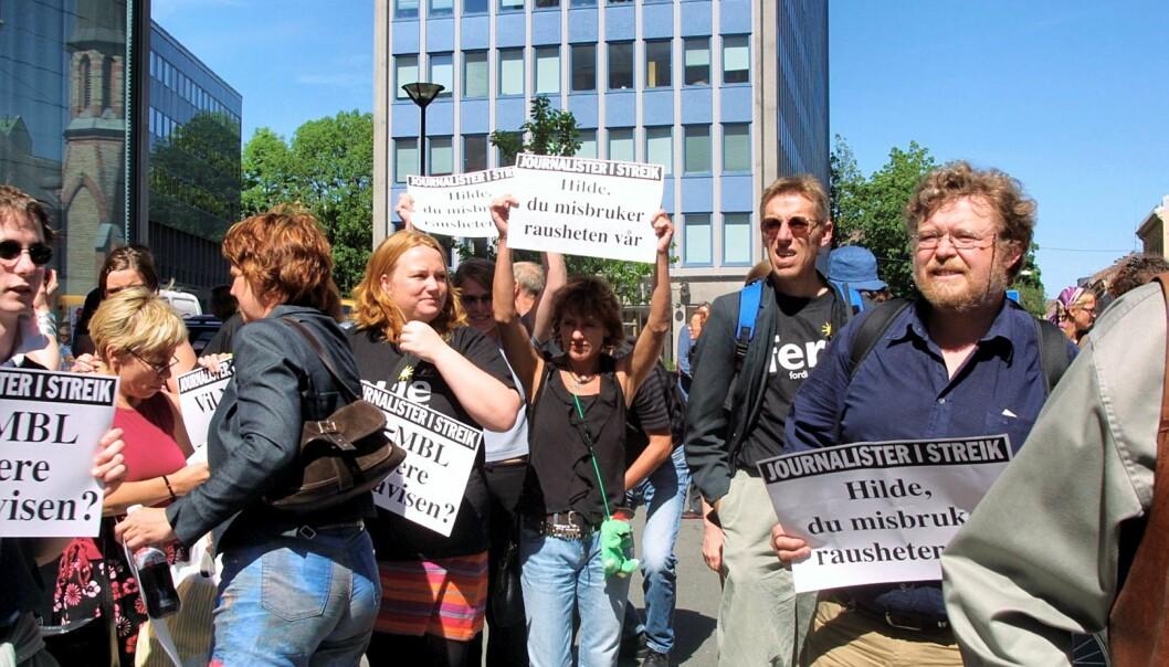 Demonstrerende journalister utenfor Dagsavisen under streiken i 2002. Foto: Birgit Dannenberg