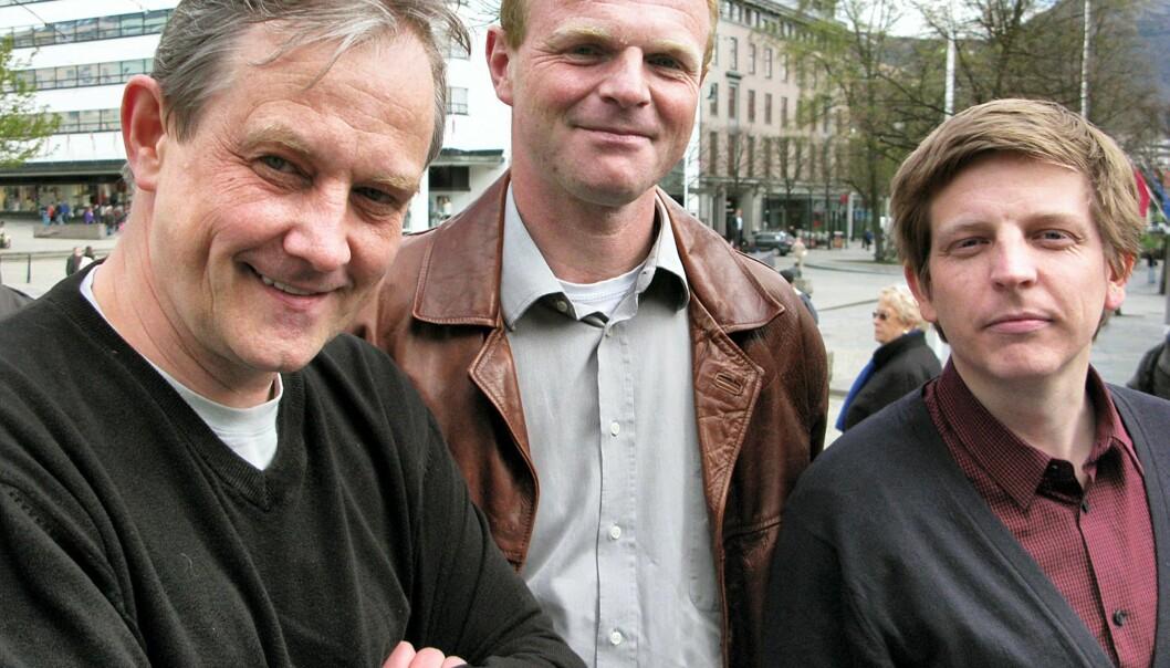 BOKPAKKE: Hans Brundtland (t.v.) og Per Lindberg har brukt sluttpakkepenger fra BA til å skrive bok om nettopp gylne fallskjermer, sammen med eks-kollega Henrik Hylland Uhlving. FOTO: BJØRN ÅGE MOSSIN