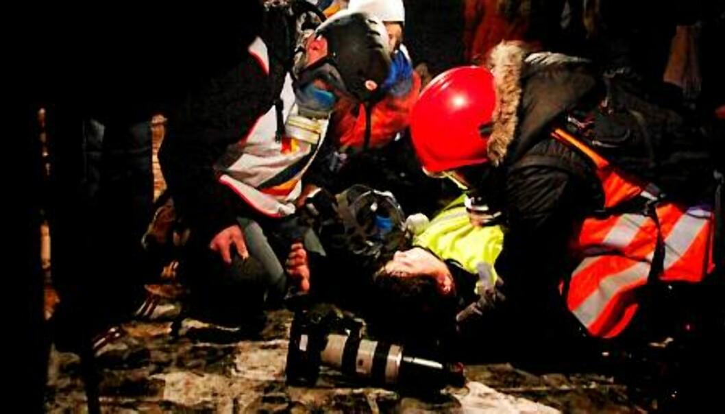 Fotograf Rosenberg Hagen ligger nede under demonstrasjonen torsdag kveld. Foto: Hans O. Torgersen / Scanpix
