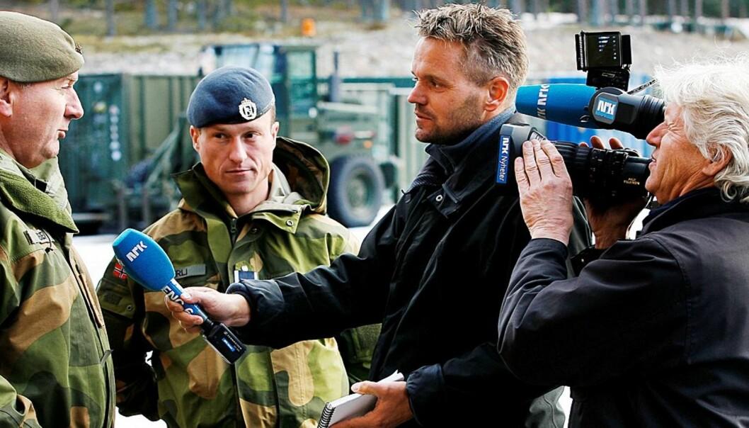 I FOKUS: Sverre Diesen, her fremdeles egenskaper av forsvarssjef, blir intervjuet av NRKs Eirik Veum. Foto: Torbjørn Kjosvold/Forsvarets Mediearkiv