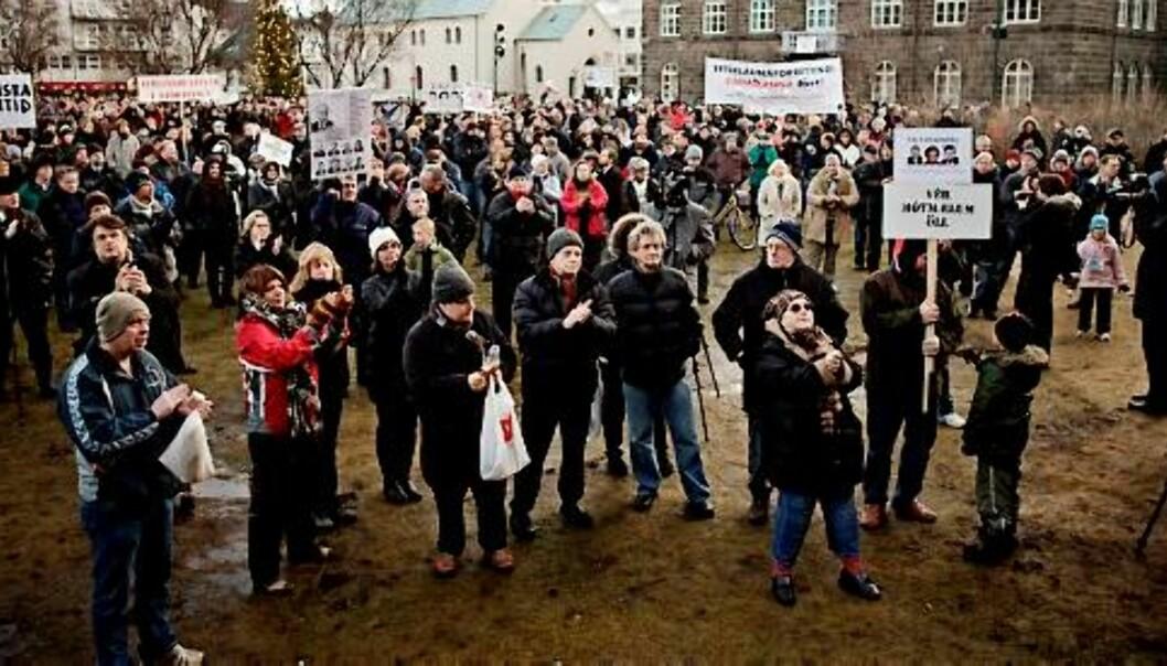 OPPRØRT: Sinte islendinger demonstrerer foran Alltinget i Reykjavik med krav om at regjeringen må gå. Foto: Haraldur Jónasson