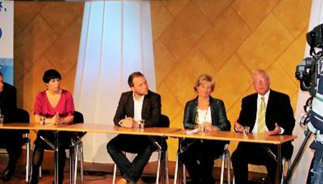 KRITIKK: Carl I. Hagen (fra høyre), Gerd-Liv Valla og Audun Lysbakken rettet klar kritikk mot den politiske journalistikken og Elisabeth Skarsbø Moen og Kyrre Nakkim. Foto: Terje I. Olsson