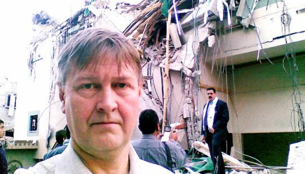 Kjetil Haanes foran det utbombede bygget til Al Aqsa-tv i Gaza.