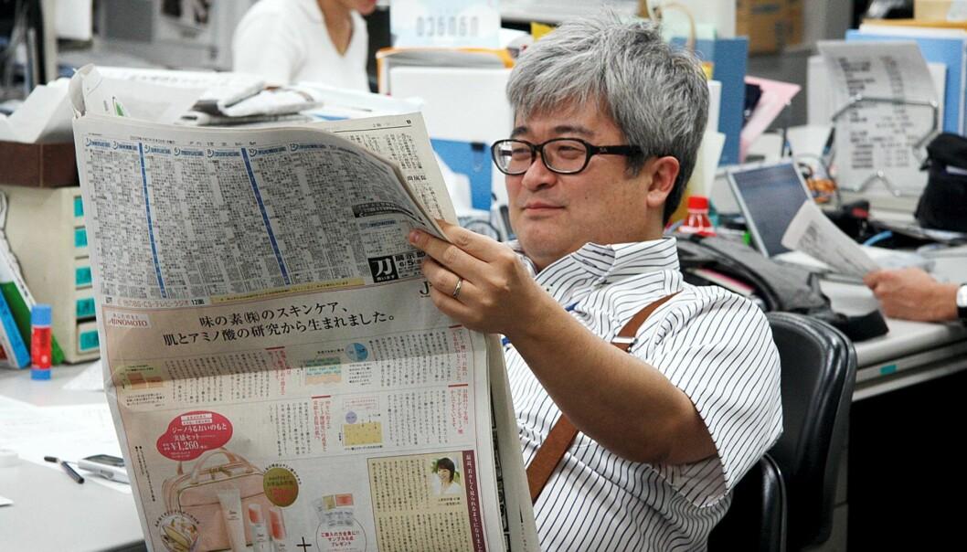 En av de ansatte på fotoavdelingen i verdens største avis sjekker dagens utgave. Foto: Espen Moe