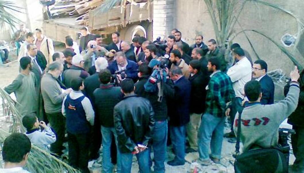 UNDER OPPSIKT: IFJ-delegasjonen ble holdt under oppsikt av Hamas uansett hvor de gikk, da de i forrige uke besøkte Gaza. På bildet er det Hamas-folk som ikke hadde noe med delegasjonsbesøket å gjøre. Foto: Kjetil Haanes
