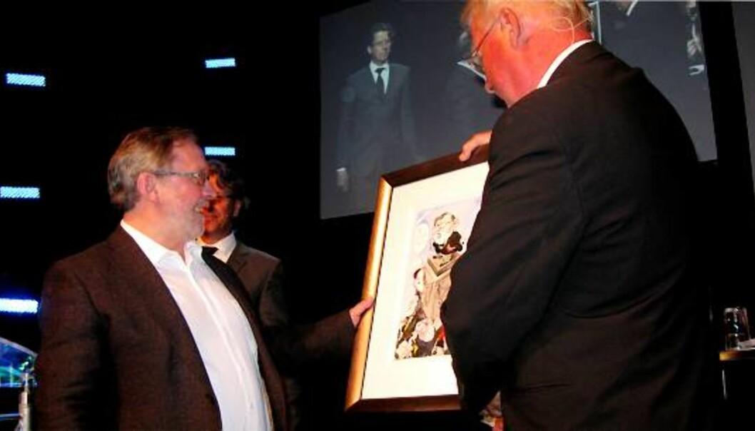 Harald Stanghelle får prisen av Carl I. Hagen. Foto: Martin Huseby Jensen