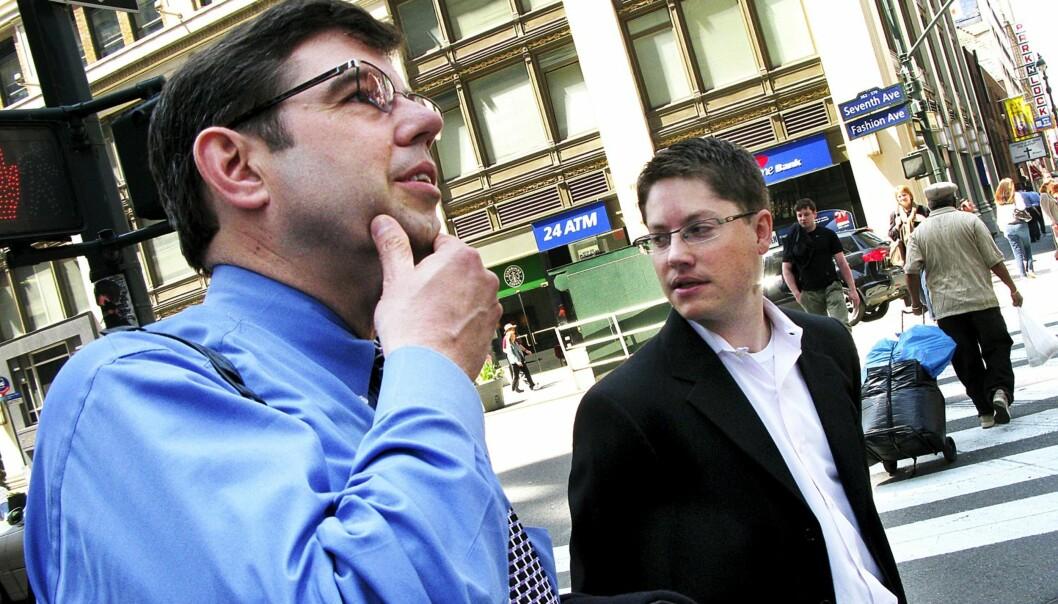 PANIKK: Boston.com-redaktør David Beard og Gannets digitale innholdssjef Mackenzie Warren arbeider i et marked i panikk. Foto: Martin Huseby Jensen