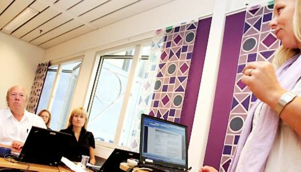TESTER: Nils E. Øy fra Norsk Redaktørforening og Kristine Holm fra Norsk Presseforbund er med i brukergruppen som prøver ut det nye systemet, her med hjelp fra Heidi Høiskar. Foto: Birgit Dannenberg