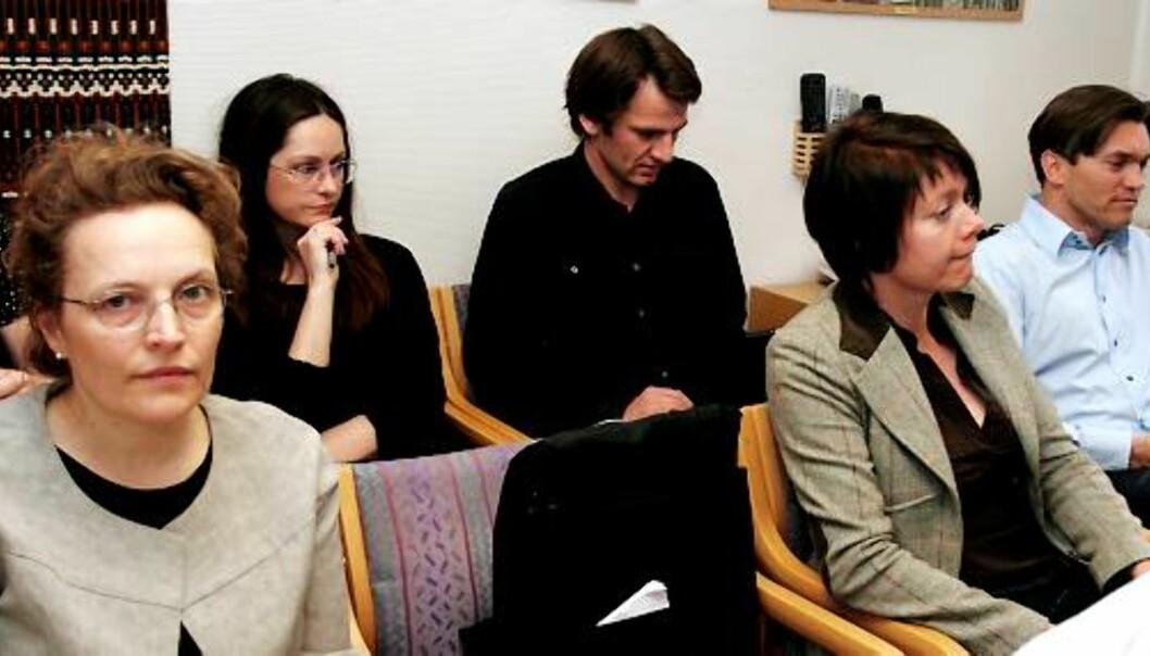 Featureredaktør Gry Egenes t.v. og Arne Fredly ytterst til høyre under PFUs behandling av Fredlys klage mot Dagens Næringsliv. Foto: Birgit Dannenberg