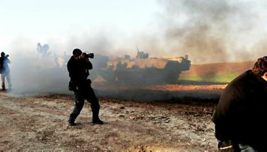 Israelske og utenlandske reportere blir holdt utenfor grensa til Gaza. Foto: Amir Cohen/Scanpix