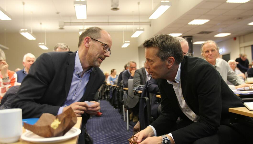 Konsernsjef Per Magne Tveiten (til venstre) og styreleder Tomas Brunegård samtaler mens eierne stemmer over om de har tillit til sistnevnte. Foto: Glenn Slydal Johansen