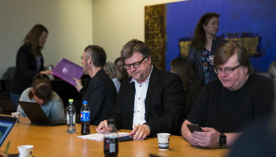 NRKJ-leder Richard Aune før overleveringen av kravene til NRK. Til høyre Rolf Johansen. Foto:Kristine Lindebø