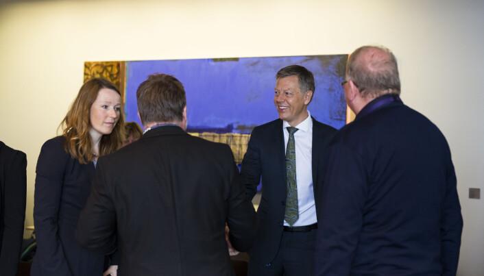 Direktør Olav Nyhus ved juridisk avdeling i NRK, hilser på NRKJ-leder Richard Aune før overlevering av kravene fra klubben. Foto: Kristine Lindebø
