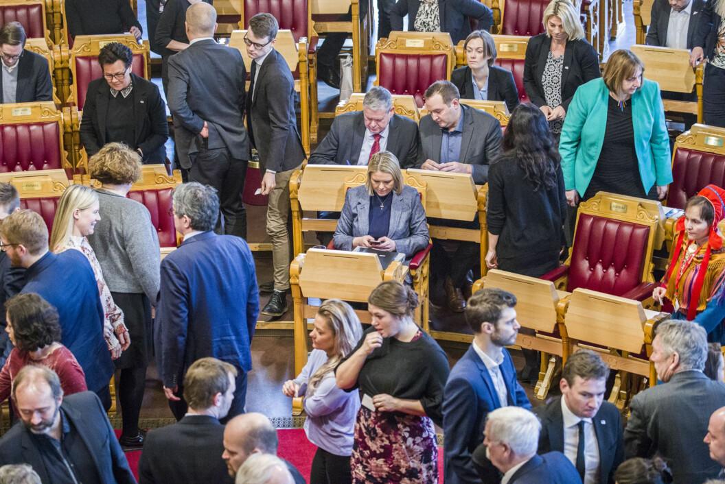 Justisminister Sylvi Listhaug (Frp) i politikervrimmelen i stortingssalen, før rekken av unnskyldninger forrige torsdag. Kristiansen hadde følelsen av at noe var i gjære. Foto: Tore Kristiansen, VG.