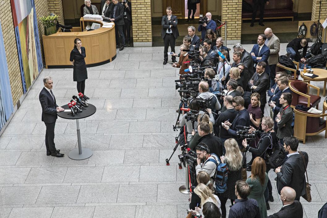 Når Jonas Gahr Støre møter pressen, har Nordahl allerede fulgt ham fra kontoret og dit. Han leter etter en annen vinkel. Foto: Aleksander Nordahl, DN