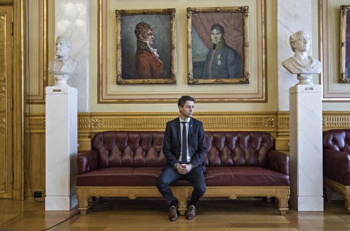 Et halvveis arrangert bilde, forteller Nordahl om portrettet hvor Knut Arild Hareide sitter alene på sofaen på Stortinget. Foto: Aleksander Nordahl, DN