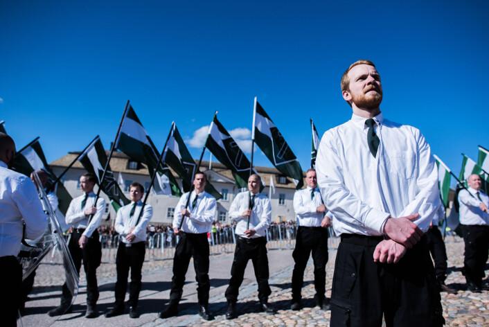 DNM har flagg, hvite skjorter og svarte bukser. Visuelt virkningsfullt, men Evertsson mener de forsøkte å dempe dette. Foto:Henrik Evertsson