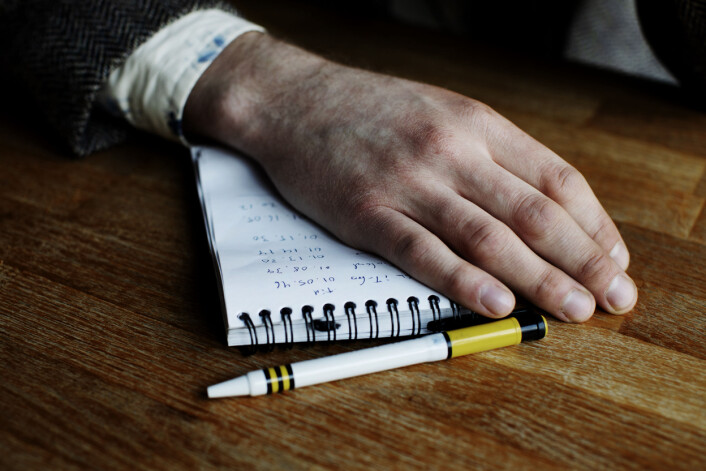 Notatblokken til Evertsson er fylt med kontaktinformasjon, tegninger, klokkeslett og notater om DNM. Foto: Andrea Gjestvang