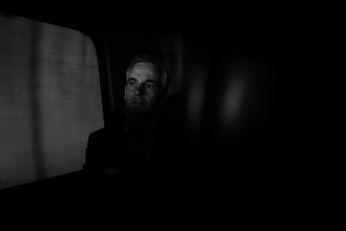 BAKERST I BUSSEN SITTER JONAS: Valgkampinnspurt for Jonas Gahr Støre og Arbeiderpartiet. AP-lederen kjemper mot dårlige meningsmålinger og besøker fire byer på én dag. Her i et ettertenksomt øyeblikk bakerst i en maxi-taxi på vei fra Sørlandssenteret til møte med lokallaget i Kristiansand. Foto: Tommy Ellingsen
