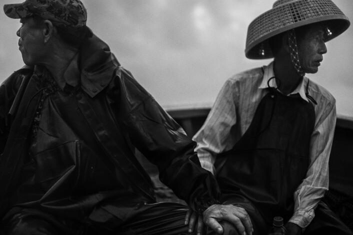 Chen Qióng og Héle Cùn har fisket sammen så lenge de kan huske. Ifølge Qióng er det ikke et valg om de liker det eller ikke: fisking er jobben deres. Alle de fem barna hans går på universitet – fiskere skal de ikke bli. Foto:Christian Breidlid