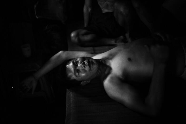 Li Yù Cún har vondt i ryggen og forsøker å hvile mellom hvert slag med kort. Han mener at drømmer koster penger de ikke har. Derfor nyter han bare øyeblikkene. Foto:Christian Breidlid
