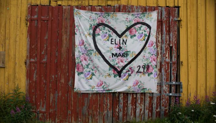 DA HUN FIKK HENNE: Det skapte mye rabalder, men Mari Grønlund og Elin Kviteberg ble gift likevel. Bryllupet ble møtt med motstand fra det religiøse miljøet i Lyngen i Troms. Mange mente at det likekjønnede ekteskapet er en synd og strider mot Guds ord. Foto: Annemor Larsen