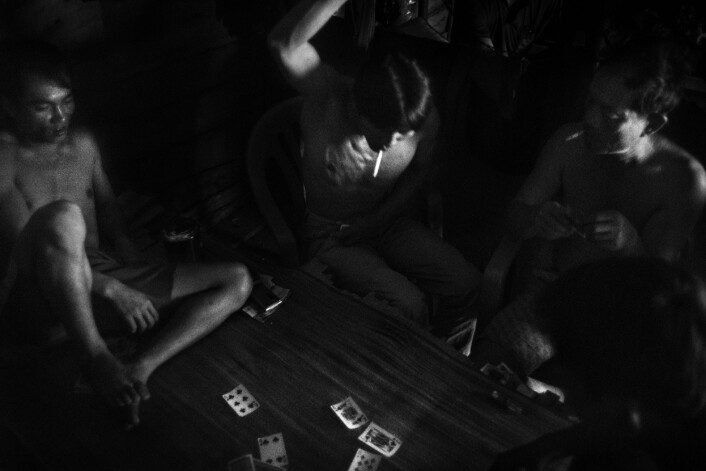 Det er høylytt under kortspillene. Foto:Christian Breidlid
