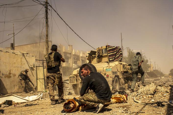 DOMMENS DAG: Tre år etter at IS-hæren stormet og okkuperte Mosul, kjemper en tropp fra den irakiske hærens niende divisjon seg gjennom de smale gatene i bydelene Zanjili og Al-Shefa. Den første som faller for snikskytterne, er den 20-årige soldaten Zrid. Foto:André Liohn