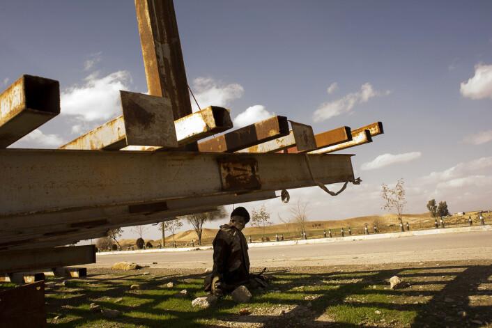 En guttunge i militæruniform og støvler, opprinnelig fra den muslimske uighur-minoriteten i Kina, er henrettet og hengt opp til skrekk og advarsel i Iraks nest største by. Få humanitære organisasjoner overvåker krigsforbrytelsene på bakken i Mosul. Foto:André Liohn