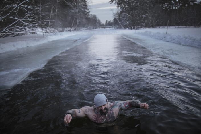 Gradestokken har krøpet under minus 30 og medlemmer i den høyreekstreme gruppen PPDM – Straight Edge Father Frost Mode – isbader i en park i Moskva, Russland. Gruppen pro- moterer en sunn livsstil og sier selv de er motstandere av det moderne moralske forfallet i dagens samfunn. Foto: Espen Rasmussen