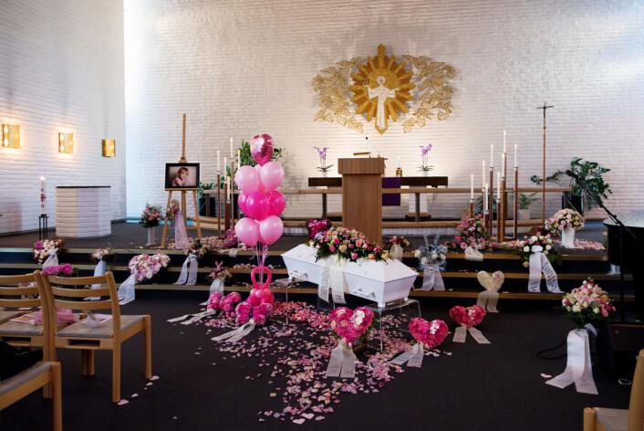 FARVEL: Med rosa ballonger tok familien avskjed med seks år gamle Martine Bunæs Bang. Den sprudlende jenta fra Oppegård fikk for to år siden kreftsykdommen DIPG, er svært aggressiv kreftform som utvikler seg i hjernestammen. Den rammer hovedsakelig barn. Martine levde med sykdommen i to år. Foto:Line Møller