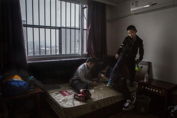 Når ikke barna er på trening, oppholder de seg på rommene sine i åttende etasje. Der benytter de enhver anledning til å utfordre hverandre i sjakk. – Bordtennis er som sjakk, du må alltid tenke hvordan mostanderen vil svare, sier Huang. Foto:Javier Auris