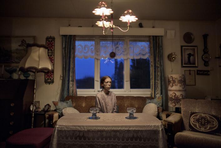 Årets portrett: 30 år gamle Lene Marie Fossen bor i boligen til bestefaren i Kolbu. Lene Marie lider av ekstrem anoreksi. Hun bruker fotografering som terapi, og har vært åpen om sykdommen. Hennes selvportretter og fotografier av flyktninger har vært stilt ut i blant annet Kristiansund. Foto:Espen Rasmussen