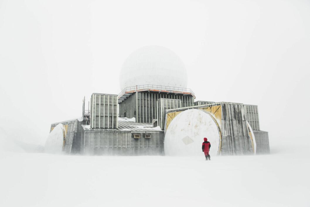 Langt inne på Grønlandsisen står DYE II, en nedlagt amerikansk radarstasjon fra den kalde krigen. Den ble forlatt på bare et par dager og synker nå sakte ned i isen. Foto: Line Hårklau