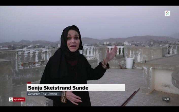 TV 2s journalist Sonja Skeistrand Sunde rapporterer fra taket på huset de bodde i Aden i Jemen. Foto: Ole Ebbesen/Skjermdump, TV 2.no
