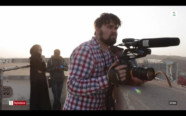 Fotograf Ole Ebbesen filmer fra taket på huset de bodde i Taiz. Like etter skyter houtiene raketter rett over hodet på dem, mot en militærbase, somdet også bor mange sivile i nærheten av. Foto: Skjermdump, TV2.no
