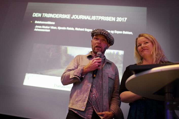 Richard Sagen og Kjerstin Rabås tok imot Den trønderske journalistprisen på vegne av teamet fra Adresseavisen.Foto: Andrea Gjestvang
