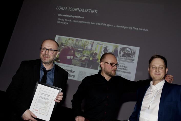 Trond Hammervik, Lars Otto Eide og Bjørn L. Rønningen tok i mot prisen i lokaljournalistikk.<strong></strong>Foto: Andrea Gjestvang