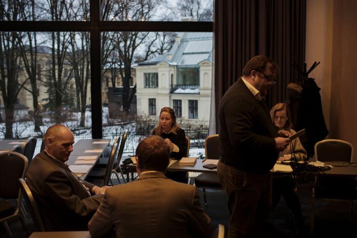 F.v. Henrik Width og Ulrikke Myklatun fra UD, og Vanessa Ivanon fra Den Britiske Ambassaden har ansvaret for pressen under det kongelige besøket. Foto: Andrea Gjestvang