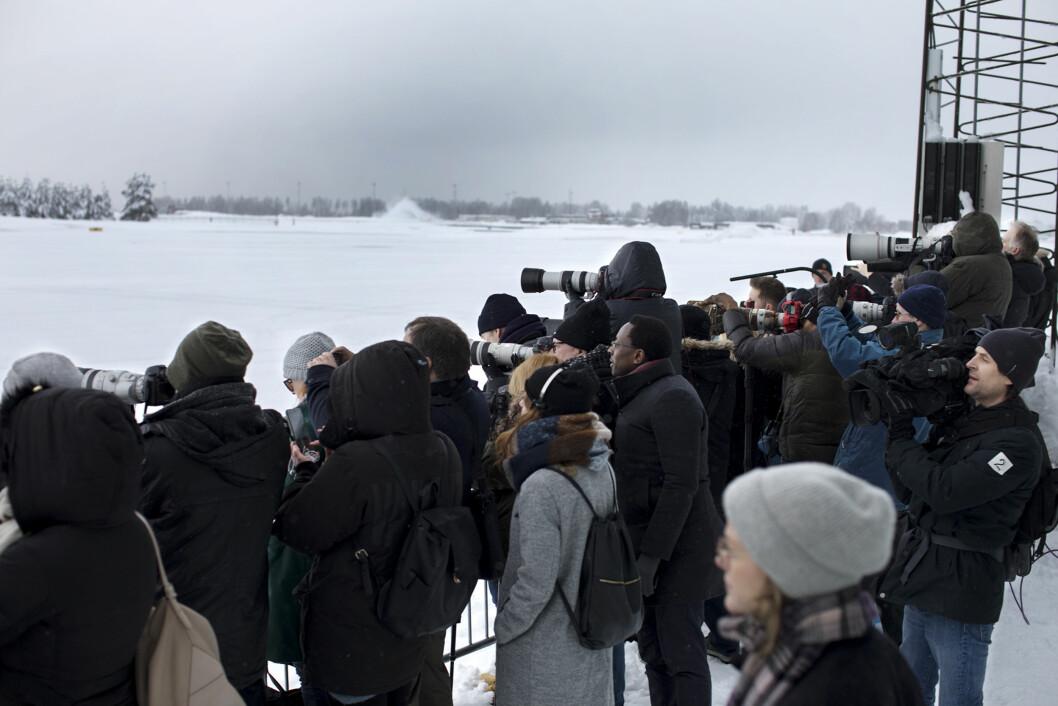 Pruvatflyet til hertuginne Kate og prins William har landet. Et femtitalls norske og internasjonale pressefolk dokumenterer landingen. Foto: Andrea Gjestvang